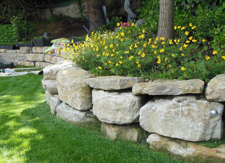 Decorazione ville residenze e giardini in pietra cava bettoni - Decorazioni muri casa ...