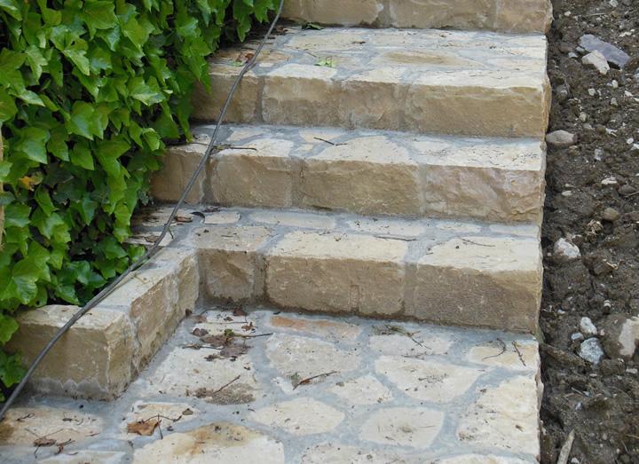 Scale e decorazioni in pietra per giardini cava bettoni for Scale esterne ville